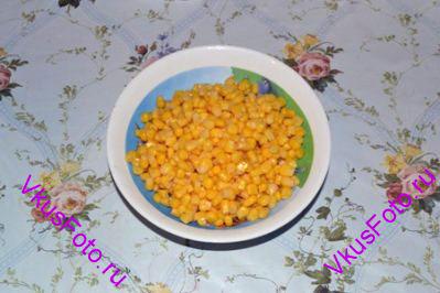 С кукурузы слить воду.