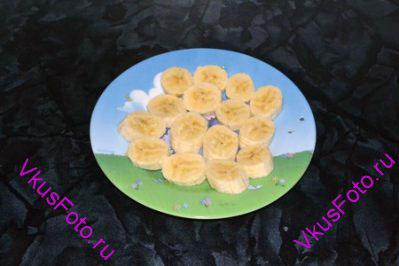 Банан очистить и нарезать кружочками. Разложить в один слой на тарелке.