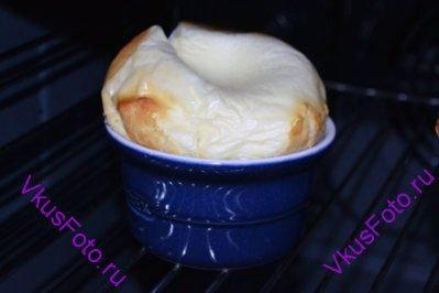 Запекать в духовке 10 минут при температуре 200 градусов.