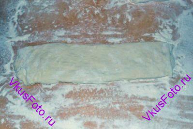 Тесто разрезать на 4 полоски. Одну полоску положить отдельно для придания формы будущему хлебу.