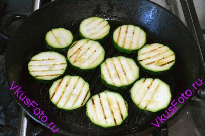 Сковороду-гриль разогреть, налить немного масло. Разложить нарезанный кабачок одним слоем и жарить с каждой стороны по 2 минуты.