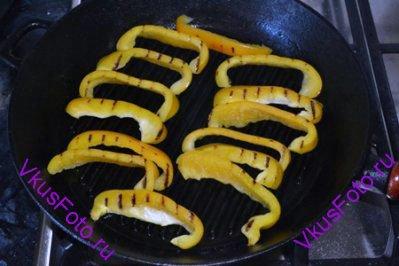 Обжарить на сковороде с разных сторон по 3 минуты с каждой стороны.