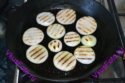 Обжарить на сковороде по 3 минуты с каждой стороны.