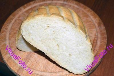 Поставить хлеб в разогретую духовку, сбрызнуть внутри духовки водой из пульверизатора. Выпекать сначала 5 минут при температуре 250 градусов, затем 25 минут при температуре 220 градусов.