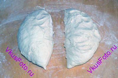 Выложить тесто на доску и разделить на 2 части.