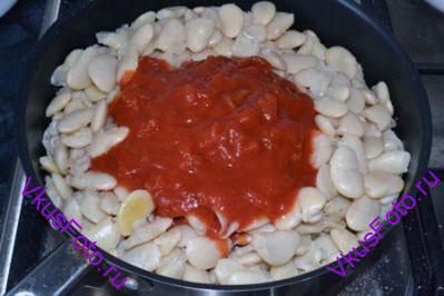 Добавить фасоль и помидоры вместе с соком. Тушить 5 минут.
