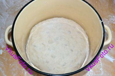 Снова <a href=http://www.vkusfoto.ru/raznoe/kak_sformirovat_shar_iz_testa/116.html>сформировать шар </a> и переложить в миску. Снова поставить в теплое место на 1 час.