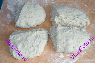 Когда тесто снова поднимется, выложить его на доску. Разделить на 4 части.