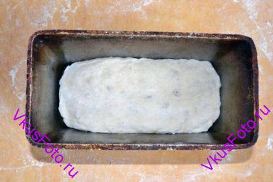 Сформированную буханку положить в смазанную форму для хлеба. И поставить в теплое место на 1,5 часа.