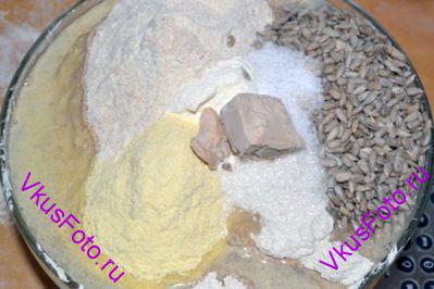 Влить воду, добавить соль, сахар и дрожжи.