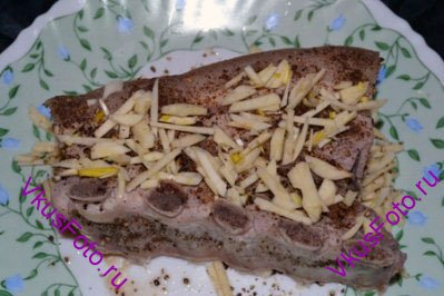 Грудинку в горячем состоянии натереть перцем, обсыпать мелко нарезанным чесноком. Остудить на тарелке.