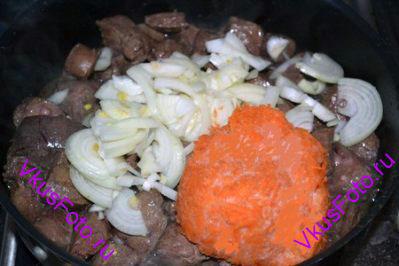 Добавить лук и натертую на крупной терке морковь. Перемешать, посолить и поперчить. Тушить 25-30 минут.