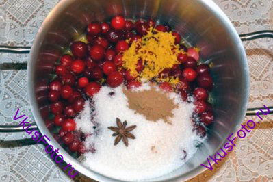 В кастрюлю сложить промытую клюкву, сахарную пудру, цедру апельсина, корицу, анис. Влить апельсиновый сок.