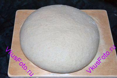 Выложить тесто на доску так же как после расстойки-1. Расправить тесто, сложить и <a href=http://www.vkusfoto.ru/raznoe/kak_sformirovat_shar_iz_testa/116.html>сформировать шар</a>. Переложить его на доску и поставить в теплое место на 1,5-2 часа или пока тесто не увеличится в объеме в 2 раза.