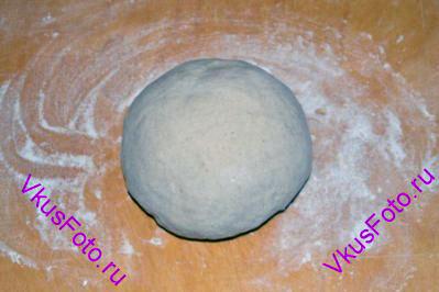 Переложить тесто на доску (без муки) и продолжить месить руками 10-15 минут, пока тесто не станет эластичным. <a href=http://www.vkusfoto.ru/raznoe/kak_sformirovat_shar_iz_testa/116.html>сформировать шар из теста</a>.