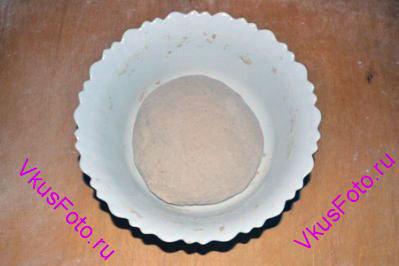 Шар положить в миску и поставить в теплое место на расстойку-1 на 1 час.