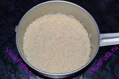 Откинуть рис на дуршлаг, дать стечь воде.