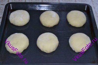 Булочки положить на смазанный маслом противень, оставляя расстояние между булочками. Поставить в теплое место на 2-2,5 часа.