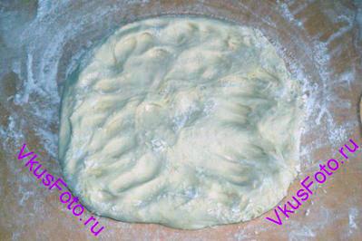 Тесто выложить на доску так, чтобы верхняя часть теста из миски легла на доску. Аккуратно расправить тесто пальцами, придавая форму квадрата.