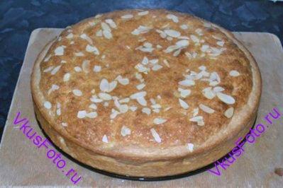 Выпекать в духовке при температуре 180 градусов в течении 50-60 минут, пока пирог не станет золотистым.