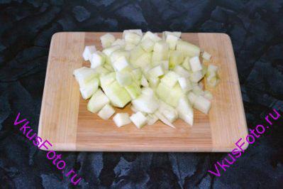 Яблоко очистить от кожуры и семян и нарезать на кубики.