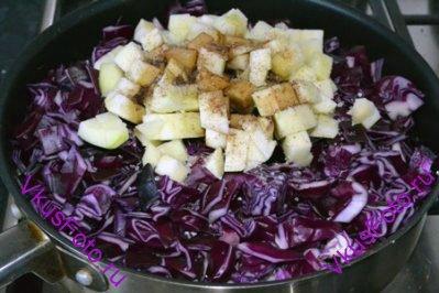 В сотейник к сосискам положить капусту, яблоки, соль, перец и влить бальзамический уксус.