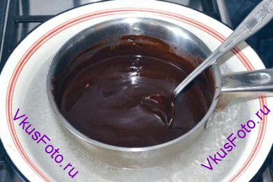 Поставить кастрюлю на водяную баню и держать до полного растворения шоколада.