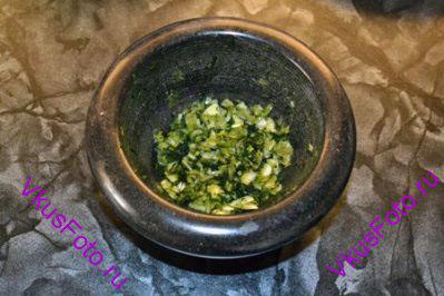 В ступке растереть зелень и чеснок.