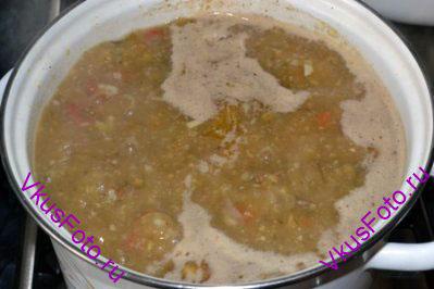 Через 10 минут добавить настой шафрана, хмели-сунели, орехи и 1 лавровый лист.