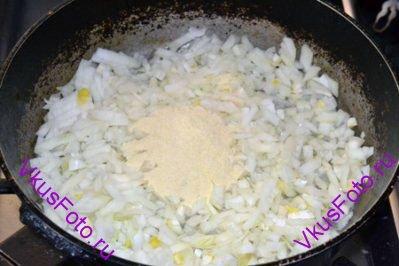 На сковороде разогреть масло, положить лук и муку. Жарить 5 минут, помешивая.
