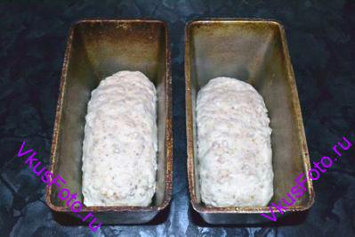 Из каждой части <a href=http://www.vkusfoto.ru/raznoe/formovanie_buhanki/158.html>сформировать буханку</a> и сложить в форму для выпечки.