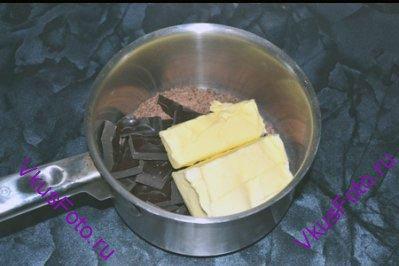 Оставшийся шоколад (в том числе и натертый) положить в кастрюлю, добавить сливочное масло.
