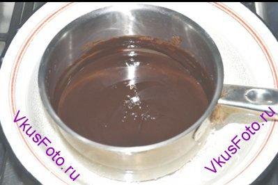 Поставить кастрюлю на водяную баню и нагревать, пока шоколад полностью не растворится.