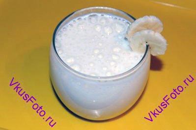 Подавать в стакане, украсив дольками банана.