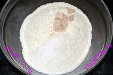 В миску положить просеянную муку, соль, сахар и дрожжи.