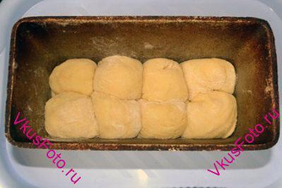 Форму для хлеба смазать маслом и уложить в каждую форму по 8 шариков.