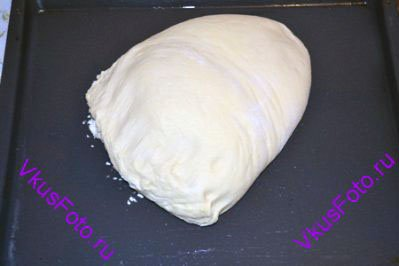 Готовое и подошедшее оливковое тесто выложить на смазанный маслом противень.
