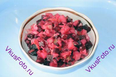 Соединить все ингредиенты в салатнике. Если хотите, можно добавить мелко порезанный лук. Заправить маслом.