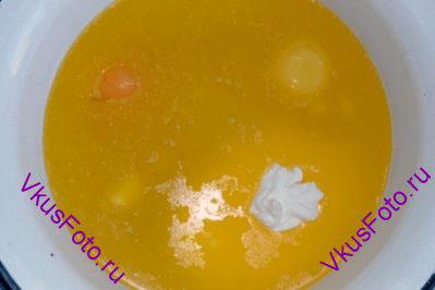 Сливочное масло растопить. Влить воду, добавить сметану, яйца и соль. Перемешать.