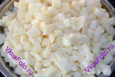 Картофель нарезать кубиками примерно 1 см.