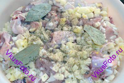 Перемешать курицу, картофель и лук. Приправить солью и перцем, добавить лавровый лист.