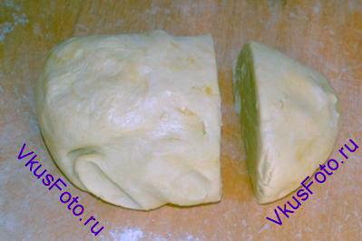 <a href=http://www.vkusfoto.ru/vypechka/testo_presnoe/191.html>пресное тесто</a>  вынуть из холодильника и поделить на 2 части: на большую и маленькую.