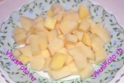 Картофель нарезать брусочками.