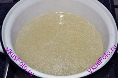 Из бульона вынуть курицу, процедить и довести до кипения. Положить картофель и варить 10 минут.
