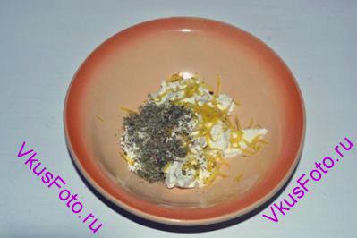Для начинки в сыр Рикотта положить цедру лимона и майоран. Перемешать.