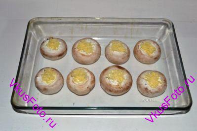 Сверху посыпать твердым сыром натертым на мелкой терке.