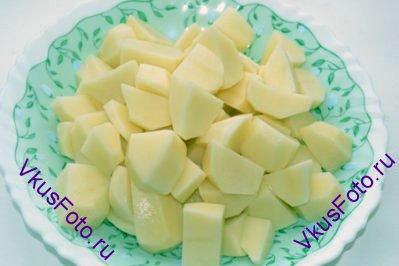 Очищенный картофель нарезать брусочками.