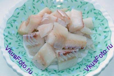 Рыбу нарезать на крупные куски.