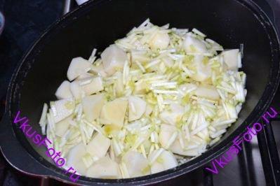 Добавить к луку картофель и кабачок.