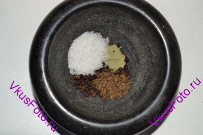В ступку положить перец, 2 лавровых листа, тмин и соль.